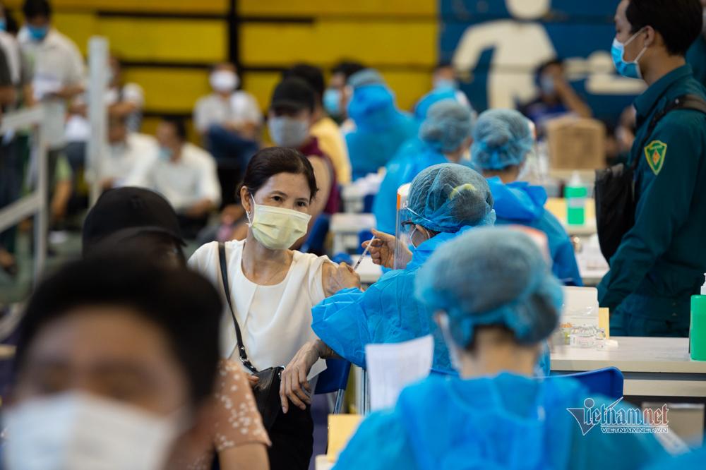 Xếp hàng 'trùng trùng lớp lớp' ở điểm tiêm vắc xin lớn nhất TP.HCM