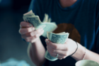 Nhiều người trẻ đi vay tiền để đầu tư chứng khoán