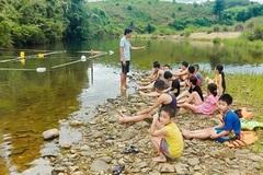 Bí thư đoàn dùng tre nứa ngăn suối, dạy bơi cho trẻ vùng cao