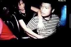 Người đàn ông hành hung tài xế taxi trên xe, mặc vợ con ngăn cản
