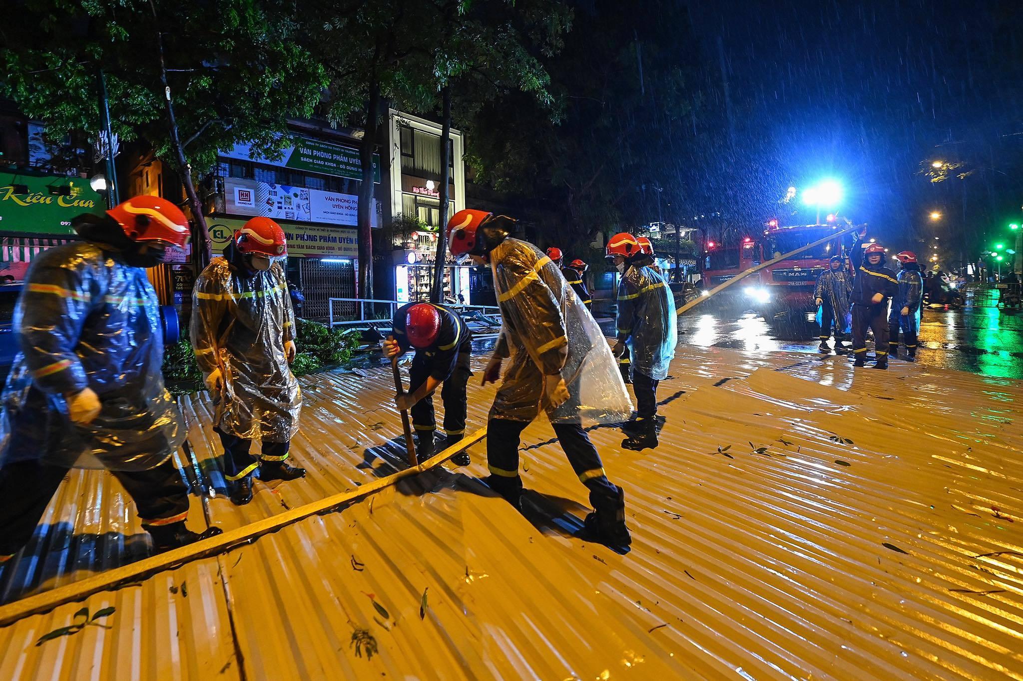 Mưa giông ở Hà Nội thổi mái tôn bay xuống, rơi trúng ô tô đỗ ven đường