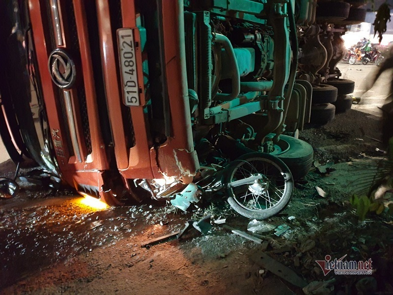 Vượt đèn đỏ, người đàn ông đi xe máy bị xe container lật ngang đè bẹp