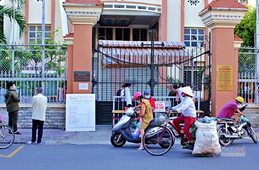 Ấm áp giữa Sài thành: Phát quà 'lướt ống' để phòng dịch