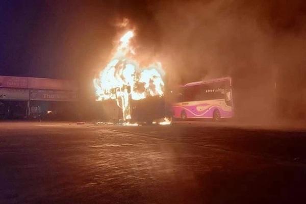 Bốn xe khách giường nằm cháy nghi ngút ngay trong bến