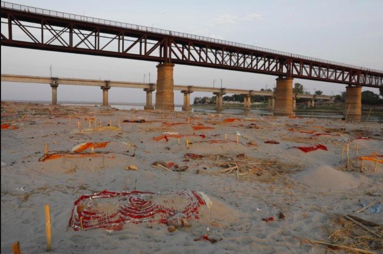 Cảnh sốc hàng trăm xác nạn nhân Covid-19 phát lộ, nhiều thi thể dạt bờ sông Hằng