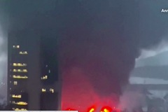 Cháy lớn ở bến tàu Hong Kong, khói đen che kín bầu trời