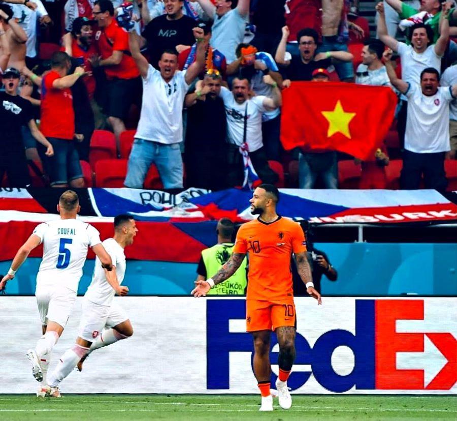 Quốc kỳ Việt Nam tung bay trong trận Hà Lan vs CH Séc