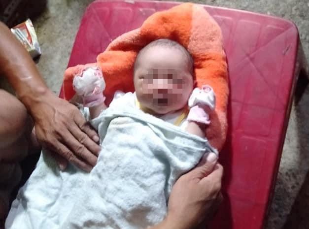 Bé trai sơ sinh bị bỏ rơi bên đường với nhiều vết côn trùng cắn