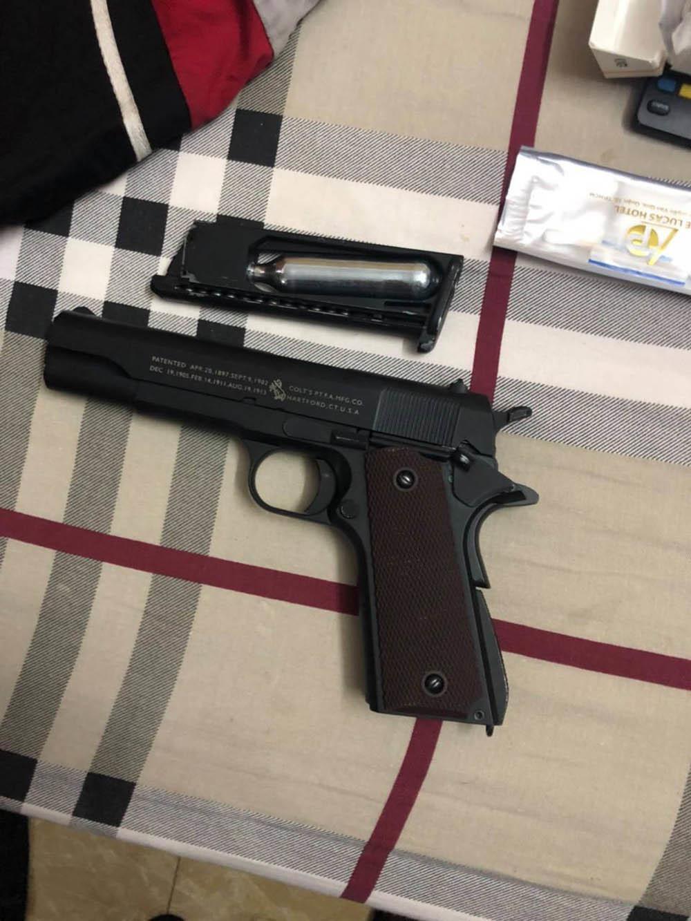 Bắt kẻ dùng súng cướp tài sản ở cửa hàng tiện lợi ven TP.HCM
