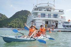 Giới trẻ thích thú check in trên du thuyền Quảng Ninh
