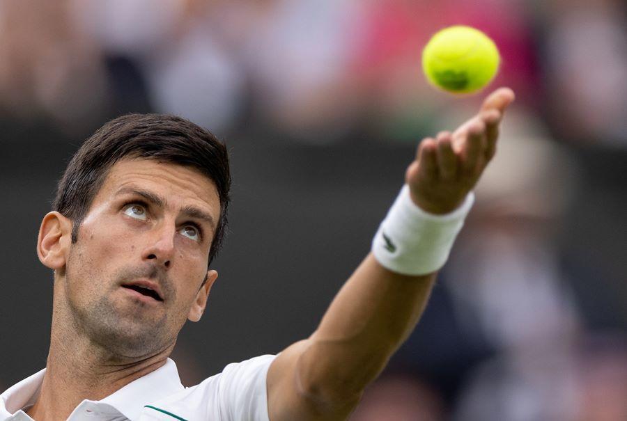 Djokovic thắng ngược trận ra quân Wimbledon 2021