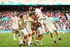 Tây Ban Nha vào tứ kết sau màn rượt đuổi như phim hành động