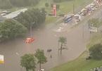 Mưa dữ dội biến đường phố Moscow thành sông, dân thích thú ra bơi