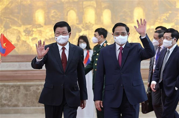 Top Vietnamese, Lao leaders witness signing of bilateral cooperation pacts