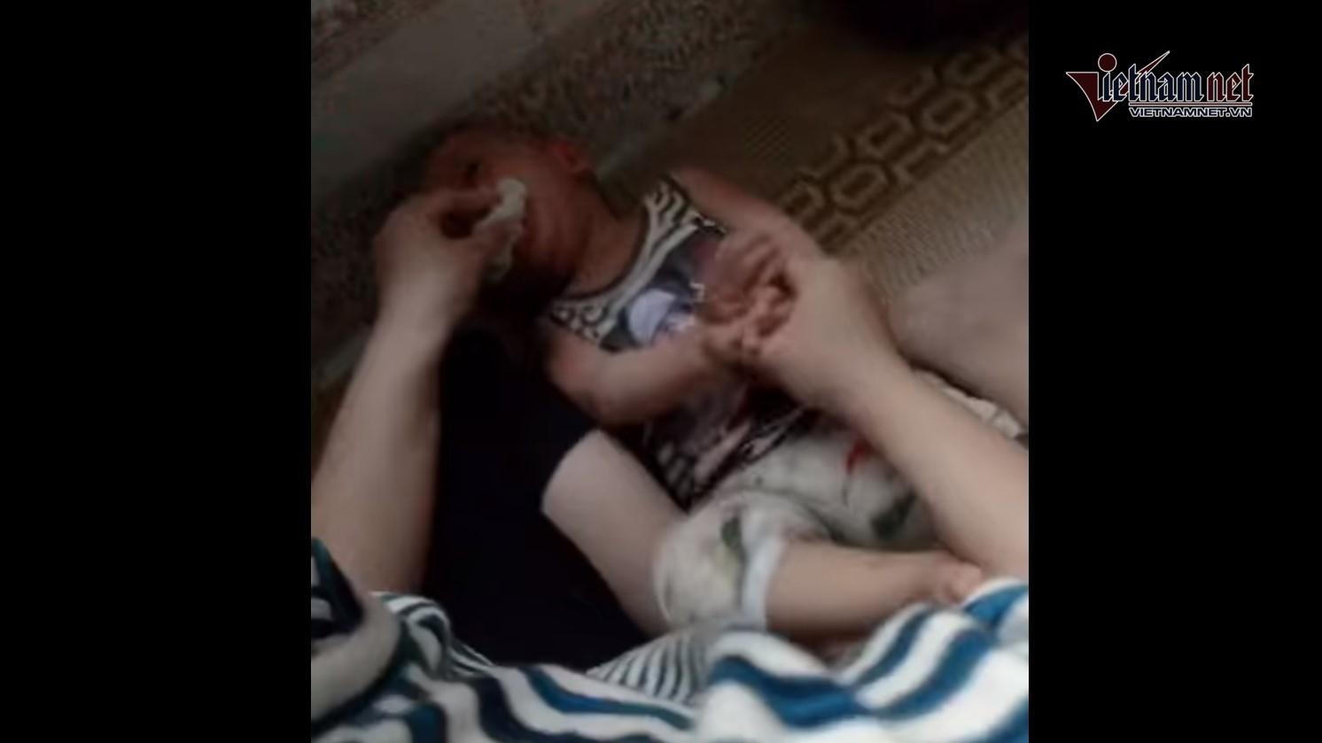 Bố cháu bé bị nhét giẻ vào miệng ở Thái Bình 'lặng người' khi xem clip