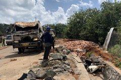 Hai thi thể mắc kẹt trong cabin xe tải lật ngang ở Bình Phước