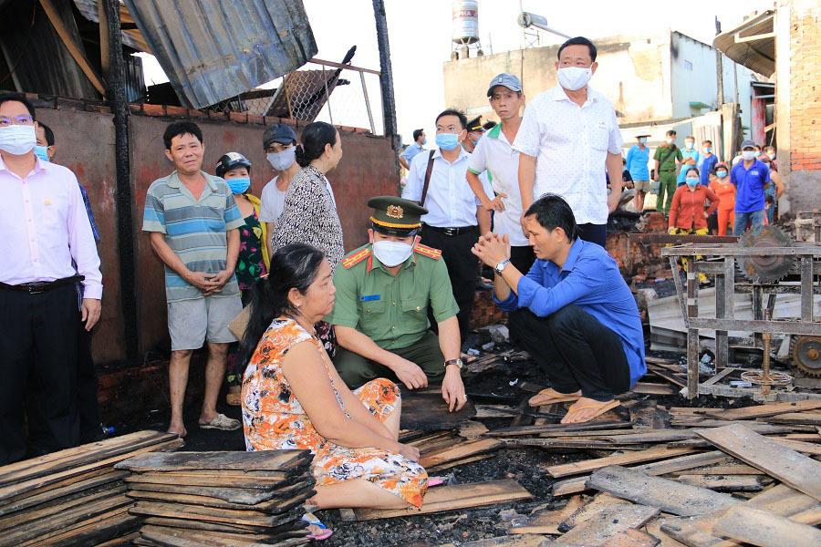 Đại tá Đinh Văn Nơi thăm hỏi 4 gia đình bị hỏa hoạn thiêu rụi nhà