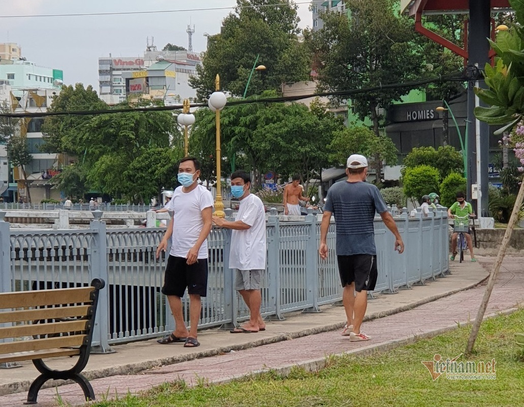 Người dân ở TP.HCM vẫn tập thể dục, câu cá ở nơi đã rào chắn