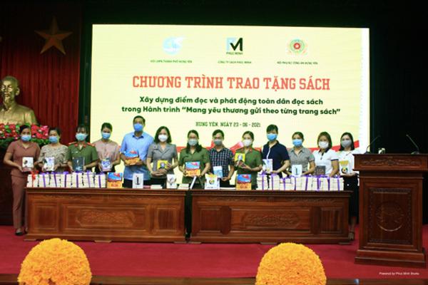 Tặng hơn 100 đầu sách để phát triển văn hoá đọc cho Hưng Yên