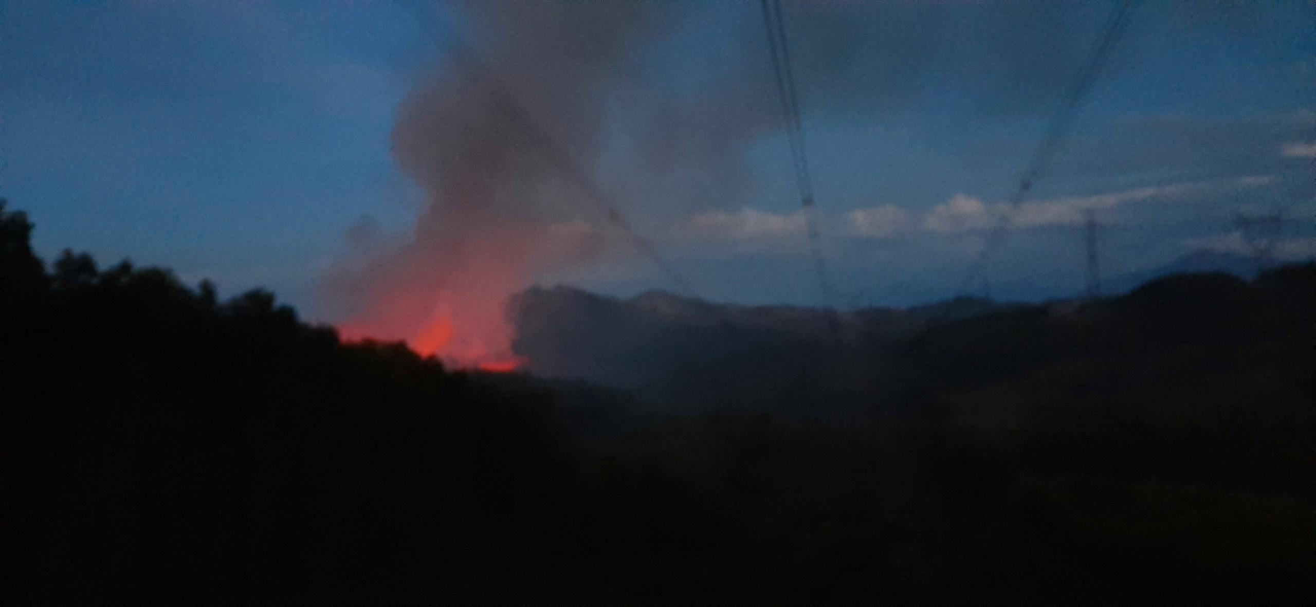 Cháy rừng ở Huế, đường dây điện quốc gia gặp nguy hiểm