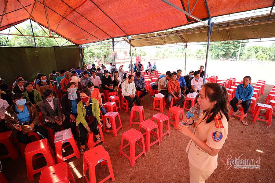 Túi gạo mùa mới bà con Jrai mang tặng công an làm căn cước công dân