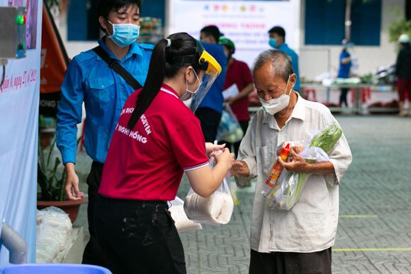 Hàng nghìn người Sài Gòn nhận thực phẩm từ tủ lạnh 'Thạch Sanh'