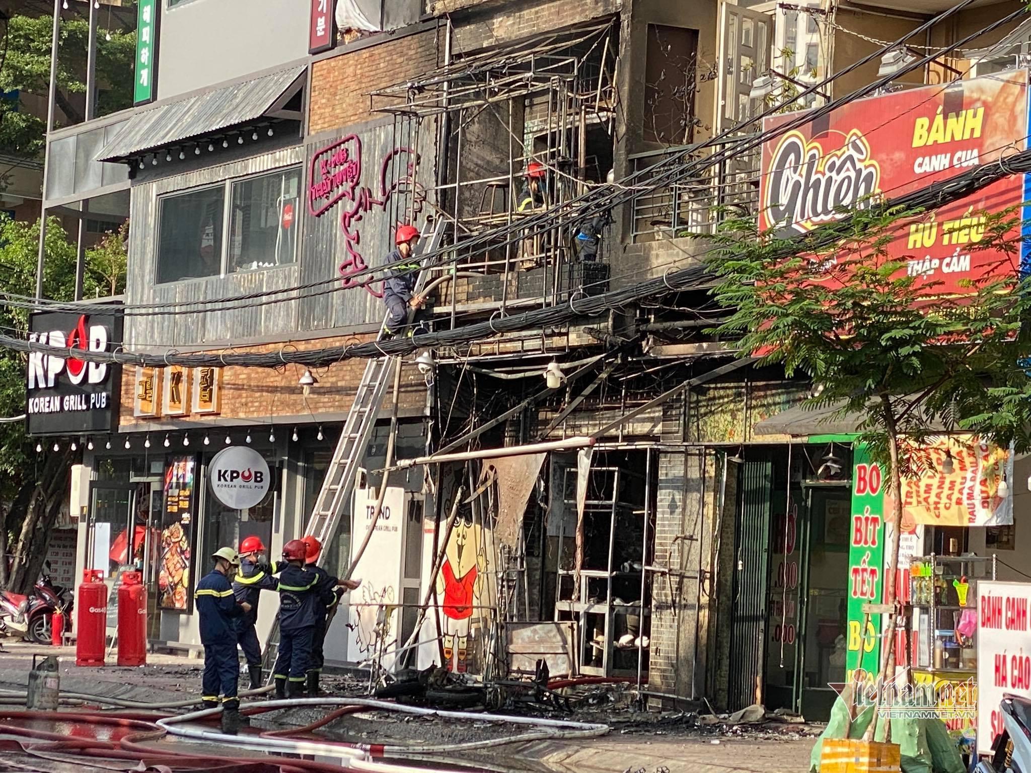 Cháy lớn căn nhà 3 tầng ở TP.HCM, nhiều người tháo chạy