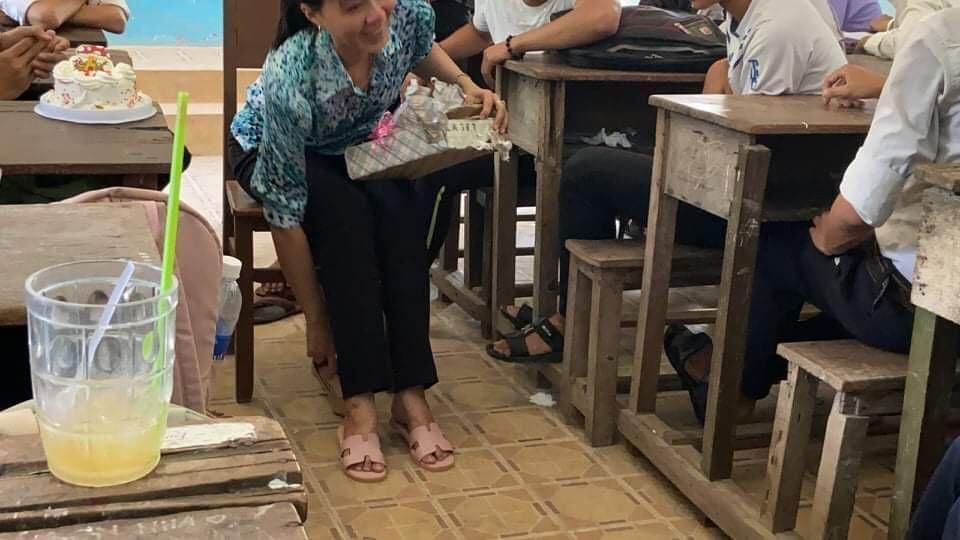 Cô giáo Đồng Tháp bật khóc nức nở giây phút chia tay học trò lớp 12