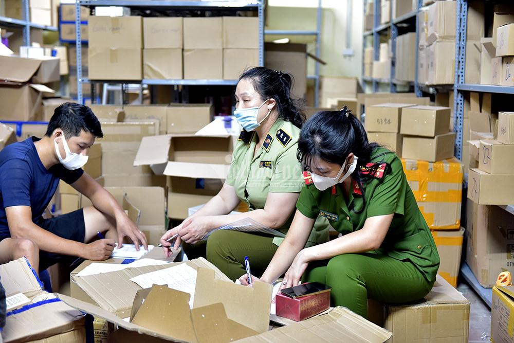 Bắt giữ hàng tấn nước hoa không rõ nguồn gốc ở Hà Nội