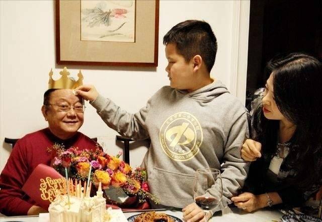 'Hòa Thân' Vương Cương U70 sống sung túc bên vợ trẻ kém 20 tuổi