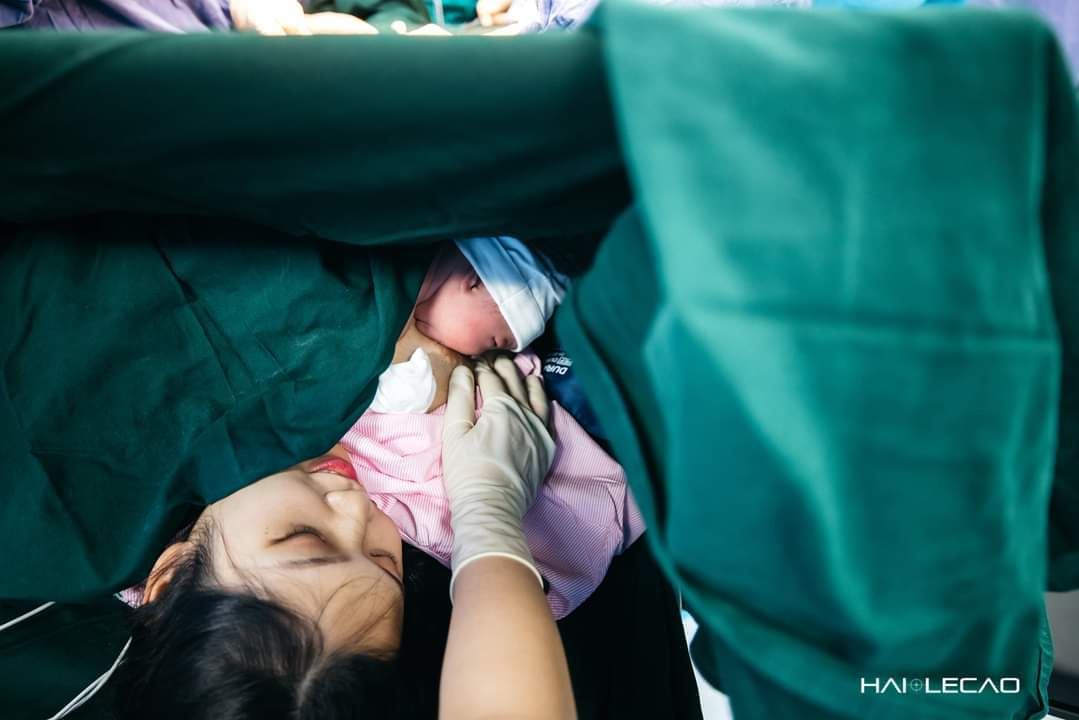 Nhiếp ảnh gia 'run tay' ghi lại toàn bộ hành trình vợ sinh con
