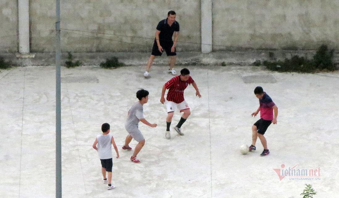 Nhóm người tụ tập đá bóng, không đeo khẩu trang giữa tâm dịch Nghệ An