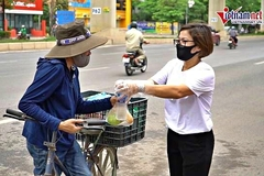 Lao động nghèo Hà Nội xúc động nhận bữa sáng miễn phí mỗi ngày