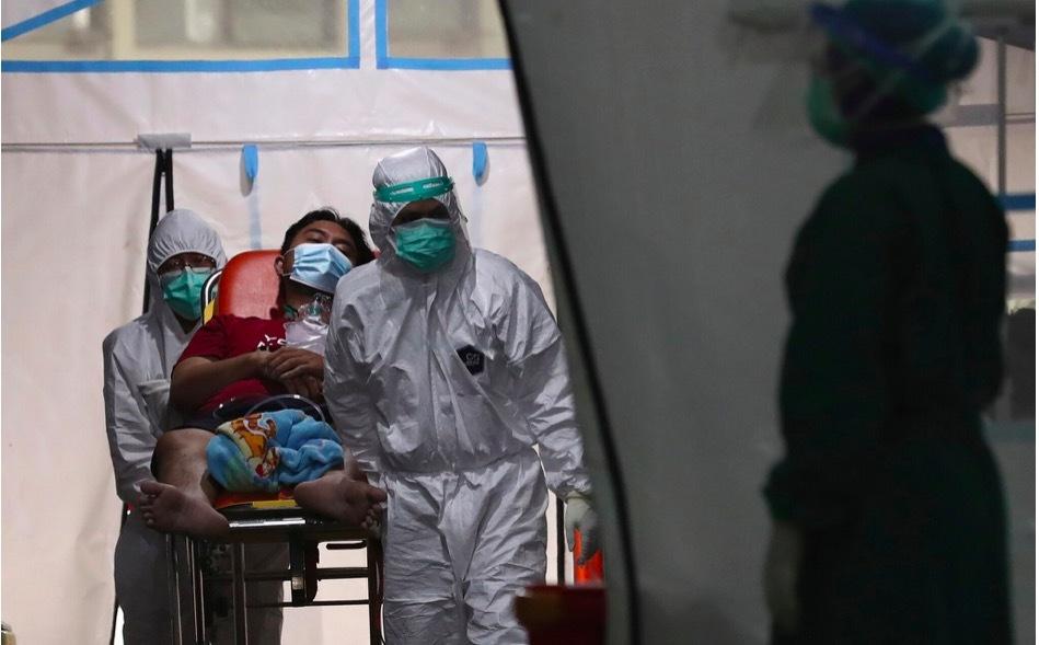 Ca nhiễm Covid-19 tăng khắp thế giới, người đào mộ Indonesia làm suốt đêm