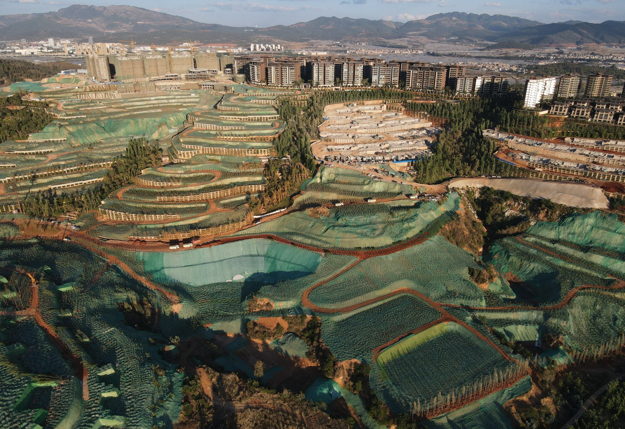 Choáng ngợp với gần nghìn khối bê tông trái phép sừng sững mọc trên núi