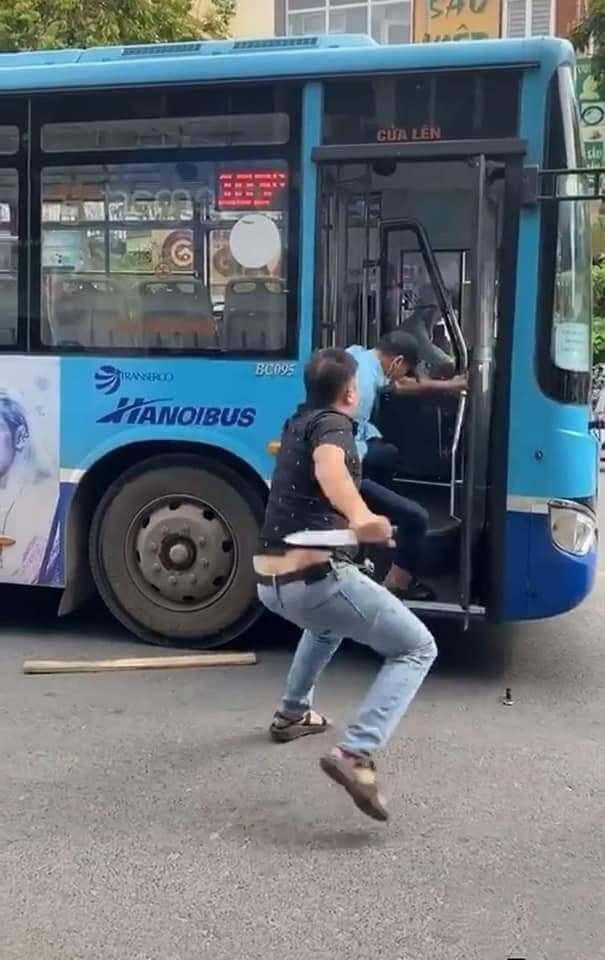 Phụ xe buýt hoảng hồn kể lại phút bị túm cổ áo, đe dọa bằng dao