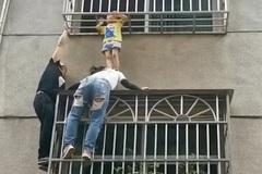 Thót tim giải cứu bé gái lọt qua lan can tầng ba chung cư