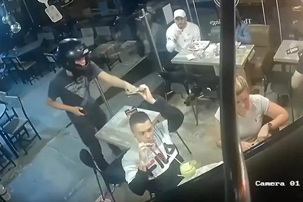 Mải mê ăn cánh gà bất chấp kẻ cướp chĩa súng sau lưng
