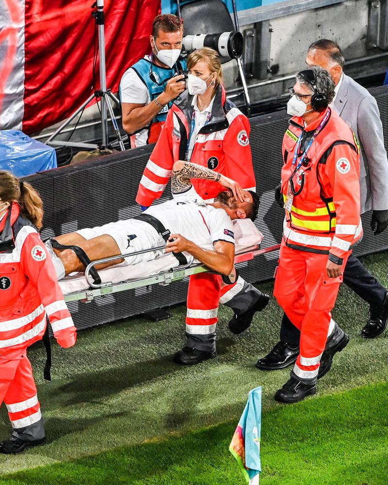 Cầu thủ Italy khóc nghẹn vì chấn thương nặng