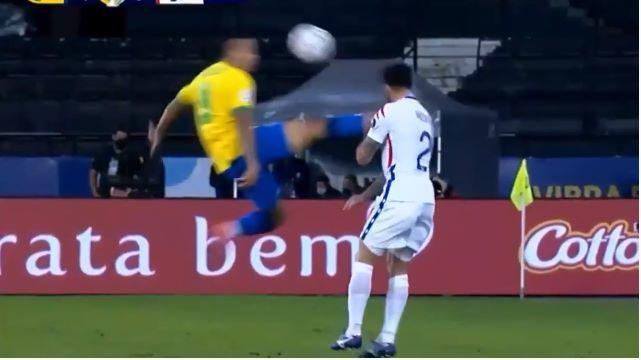 Rợn người với pha kungfu của sao Brazil hạ đo ván cầu thủ Chile
