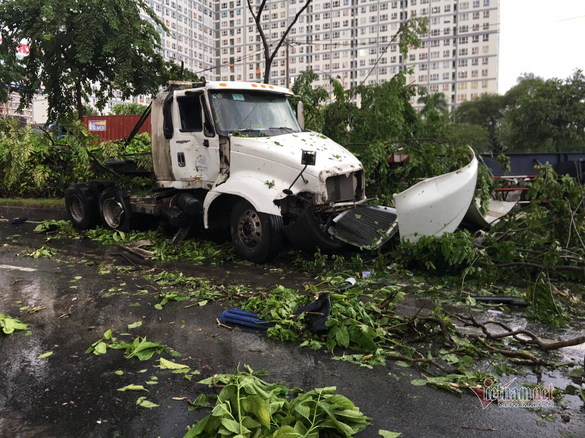 Xe container 'đại náo' xa lộ Hà Nội trong mưa lớn, giao thông rối loạn