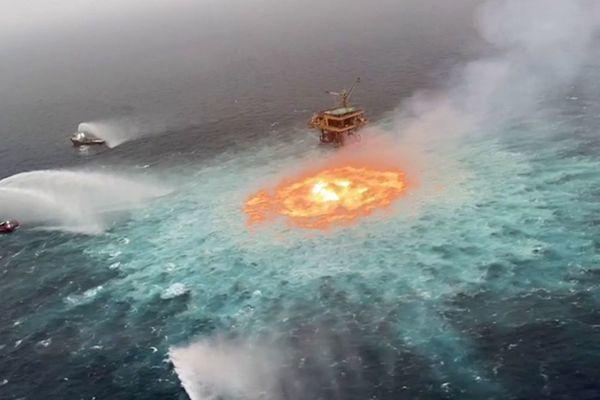Cháy đường ống khí đốt bị rò rỉ, vùng biển bỗng chốc hóa thành 'mắt lửa'
