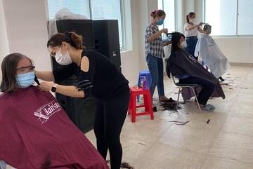 Hàng trăm y, bác sĩ Bệnh viện Chợ Rẫy hưởng ứng cắt tóc phòng dịch Covid-19