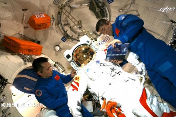 Chuyến đi bộ không gian đầu tiên ở trạm vũ trụ mới của Trung Quốc