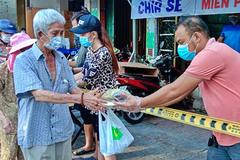 Việt kiều gửi gạo, nấu cơm từ thiện cùng người nghèo chống dịch