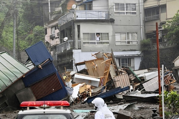 Khoảnh khắc lở đất chôn vùi hàng chục ngôi nhà ở Nhật Bản
