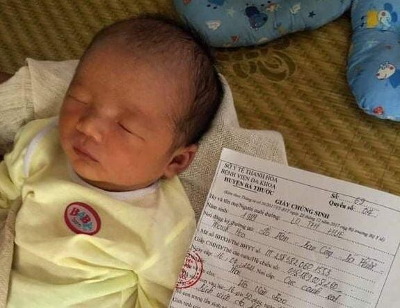 Mẹ bất ngờ qua đời, bé trai 2 tuần tuổi khóc ngặt đòi sữa