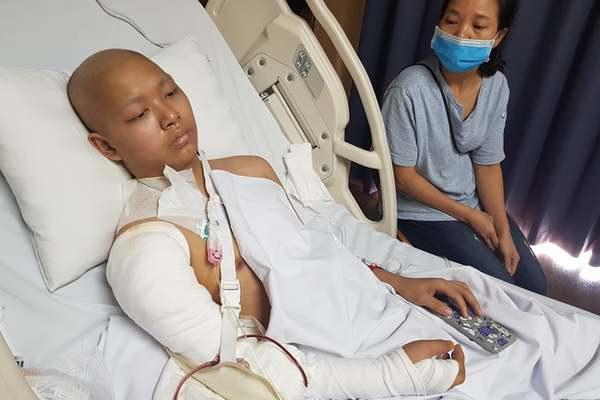 Tương lai mịt mờ của nam sinh nghèo bị ung thư ăn mòn xương tay