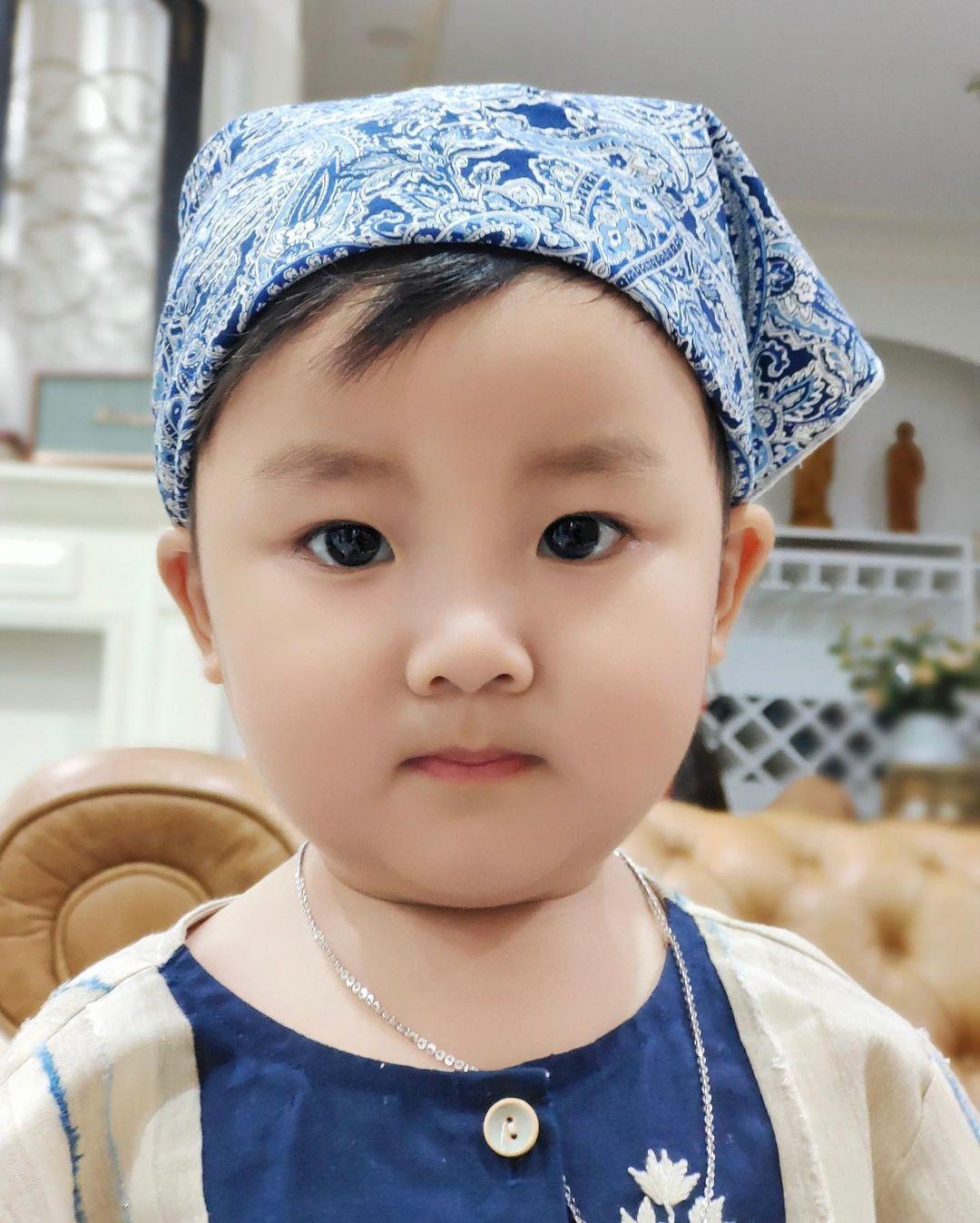 Con trai 2 tuổi đáng yêu của Hòa Minzy và doanh nhân Minh Hải