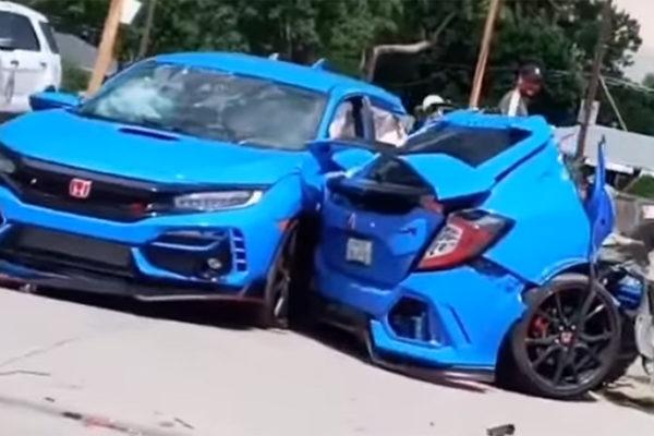 Honda Civic Type R xẻ đôi sau va chạm khiến người xem kinh ngạc